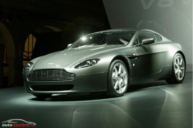 Un Aston Martin V8 Vantage en el stand de Bridgestone en Ginebra