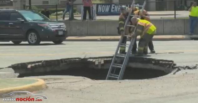 Una conductora que circulaba en su coche por la calle es engullida por un agujero