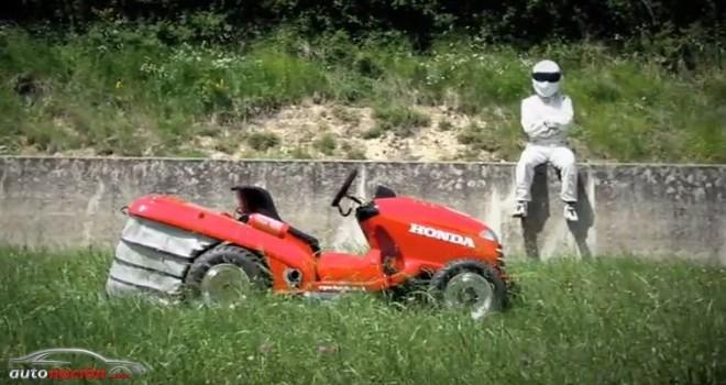 [Vídeo] Top Gear monta a The Stig en una cortadora de césped que alcanza los 217 km/h