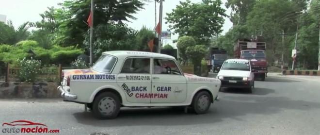 ¿Te imaginas llevar más de 10 años conduciendo marcha atrás? Un hombre de la India lo ha hecho