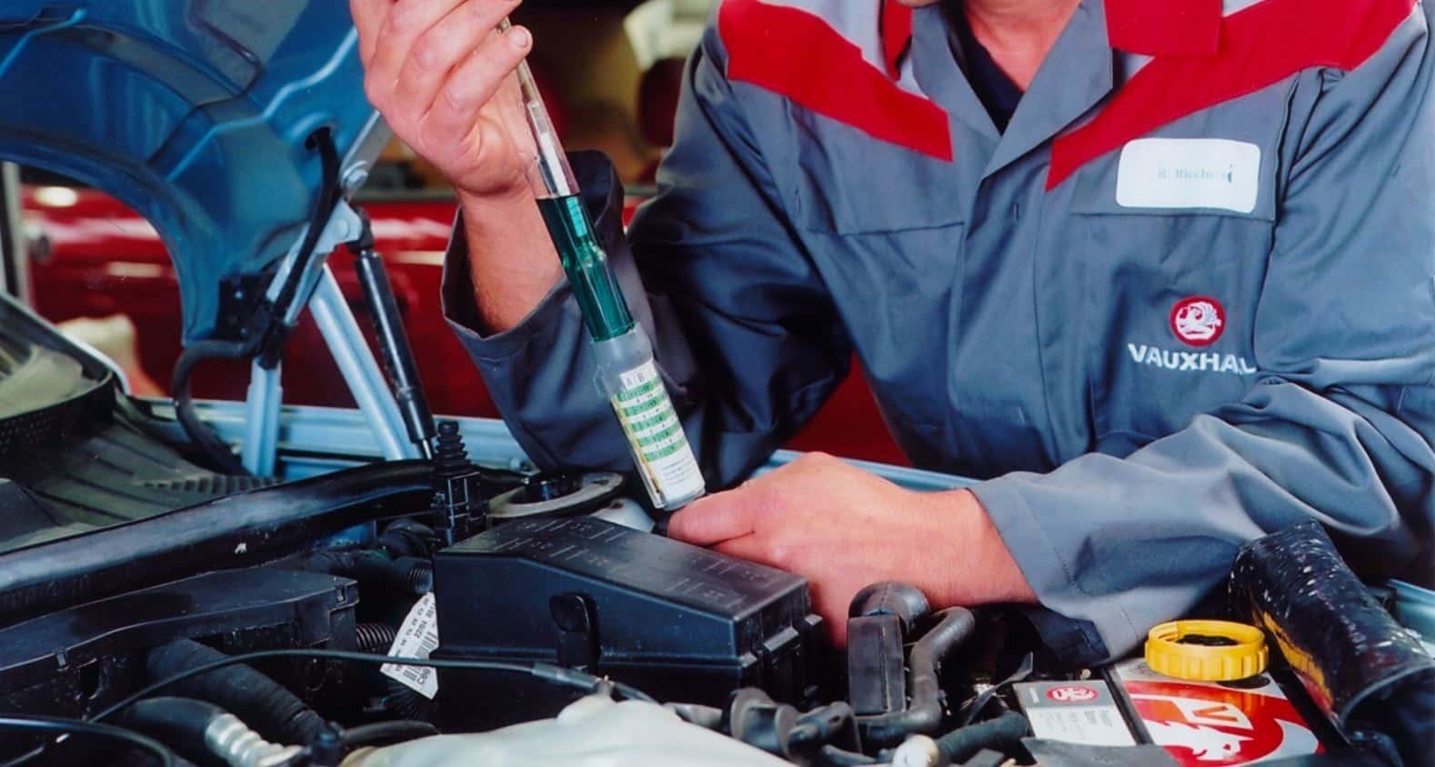 Inserción de anticongelante en un motor