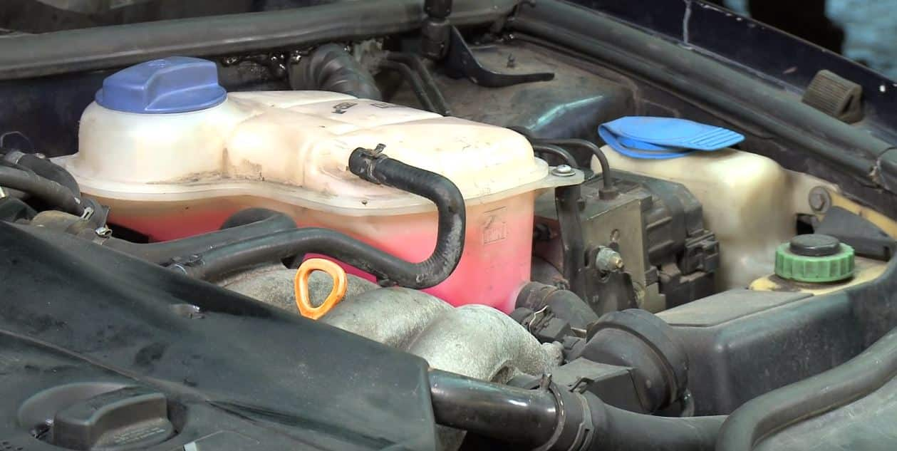 Depósito de anticongelante en el coche