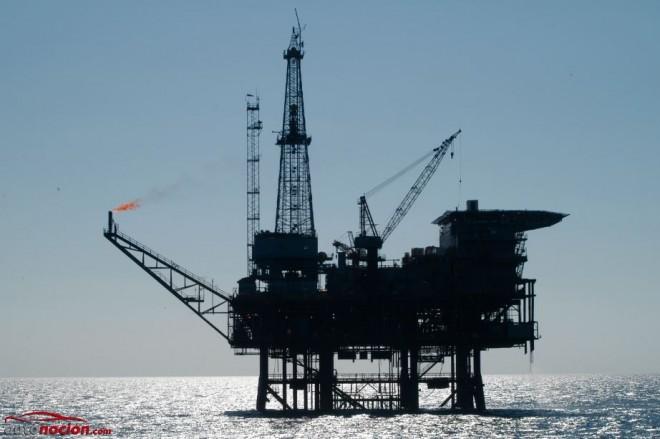Un barril de petróleo cuesta 6 dólares y no 50: ¿Quién decide realmente el precio del combustible?