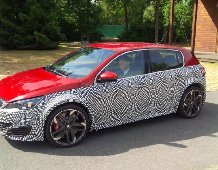 ¿Peugeot está probando el 308 R HYbrid?: Al Golf R420 podría salirle un enemigo galo…