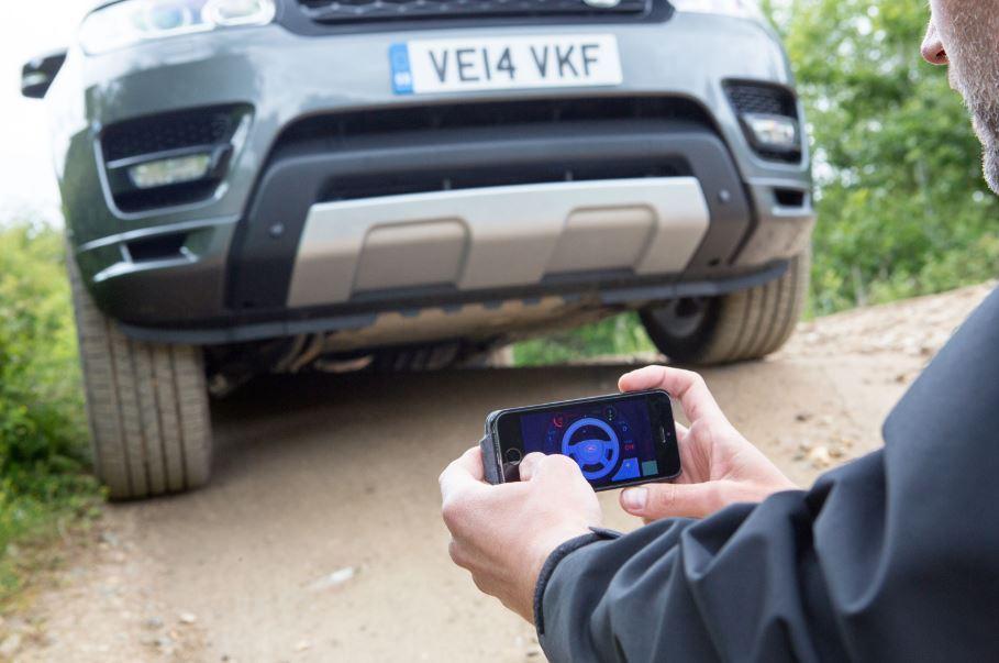 Land Rover nos vuelve a sorprender: Conduce el coche desde tu smartphone en las situaciones más complicadas