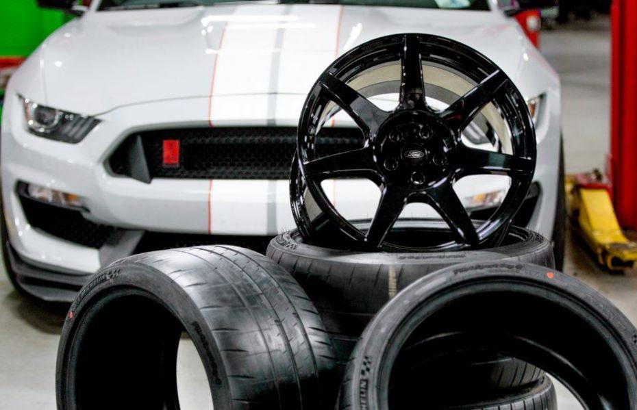 ¡Las 4 llantas de fibra de carbono del Mustang Shelby GT350R cuestan lo mismo que un Focus ST!