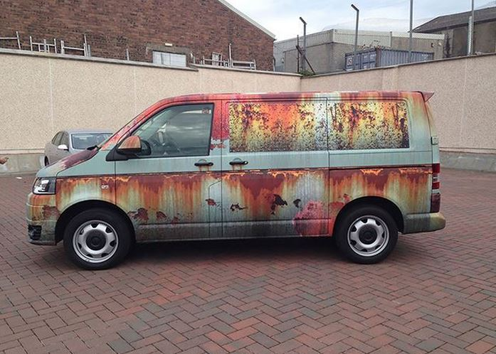 Lo último en personalización: Un vinilo hecho a medida que hace que tu furgoneta parezca oxidada…