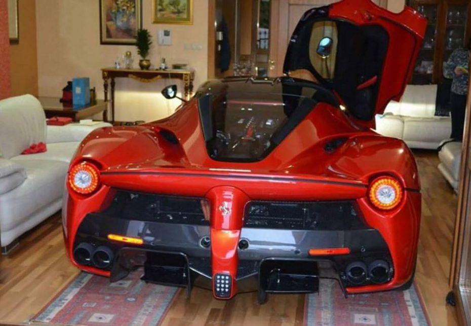 No hay garaje que valga para el Ferrari LaFerrari así que el salón parece buen sitio para aparcarlo…