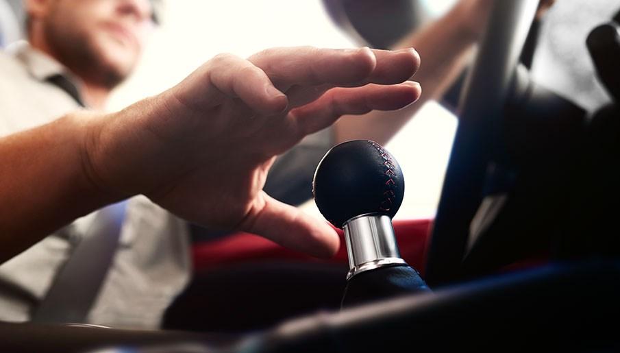 ¿Es correcto saltarse marchas en un coche con cambio manual? ¡Atención a estos consejos!