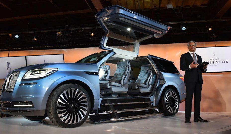 Ojo a este Lincoln Navigator con puertas de 'alas de gaviota' ¡Estos americanos se han vuelto locos!