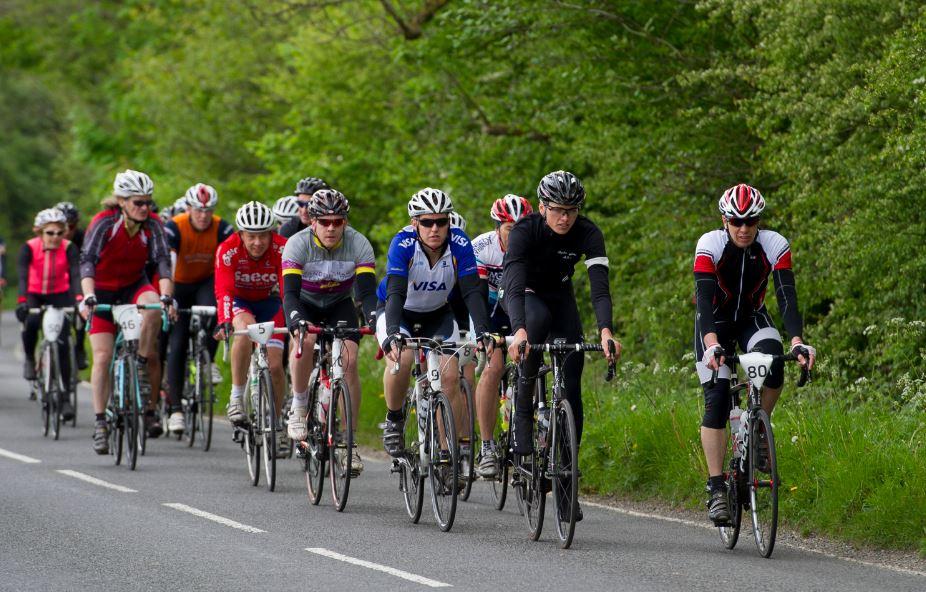 Estas son las infracciones más comunes entre los ciclistas según la DGT: No usar caso, circular con auriculares, saltarse semáforos y alcohol
