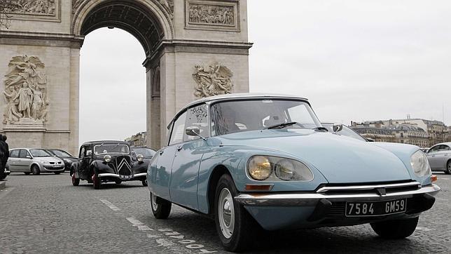 París prohíbe el acceso a la ciudad a los coches más viejos pero, ¿qué hay de los clásicos?
