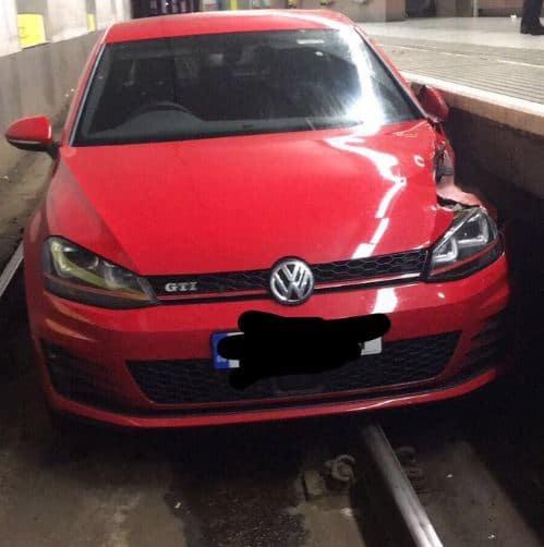 Huir de la policía por las vías del Metro en tu Golf GTI no siempre tiene un final feliz…