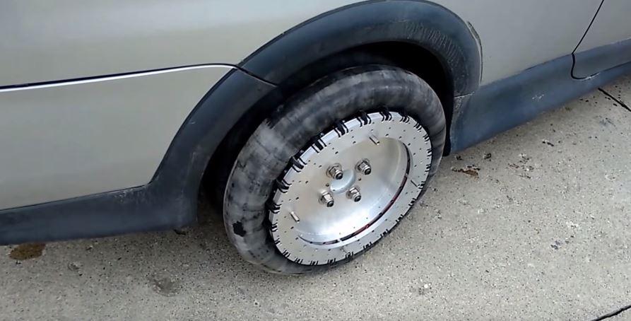 Ni eje trasero direccional ni generosos ángulos de giro, el futuro son estas ruedas omnidireccionales