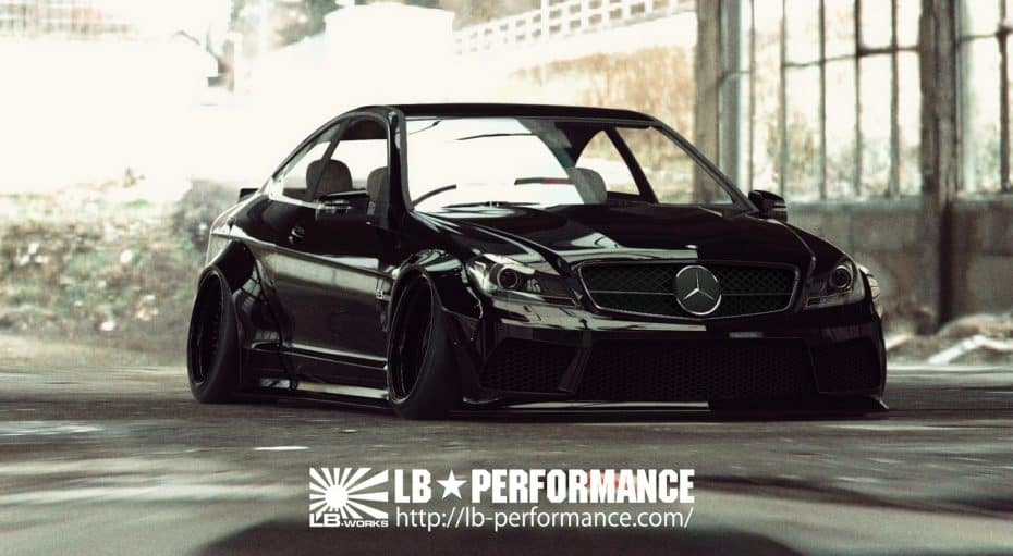 Liberty Walk radicaliza el Mercedes-AMG C63 Coupé ¿Obra de arte o destrozo?