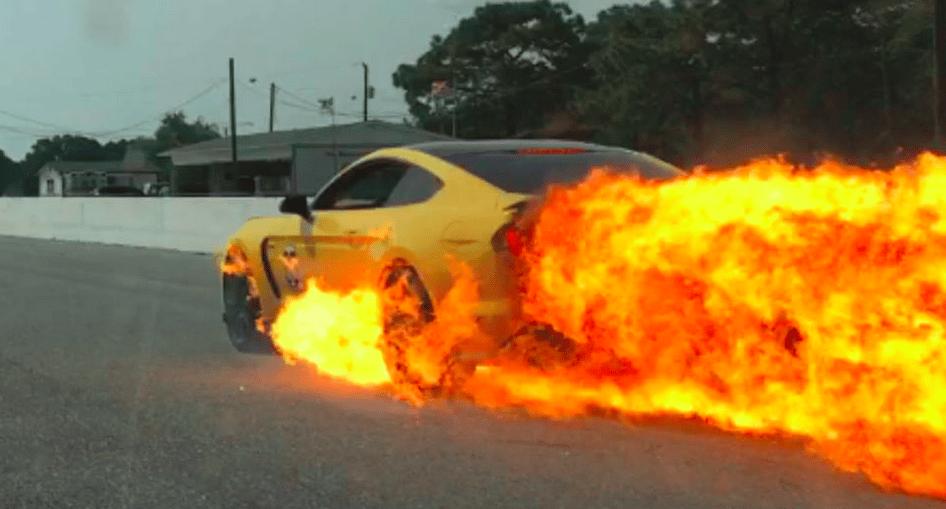 Esto es lo que pasa cuando tu Ford Mustang GT350 se convierte en una bola de fuego a 160km/h