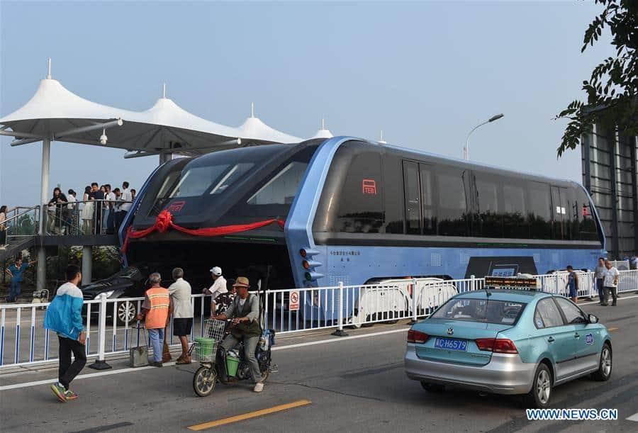 ¿Recuerdas el autobús chino que «vuela» por encima de los coches? ¡Pues ya es una realidad!