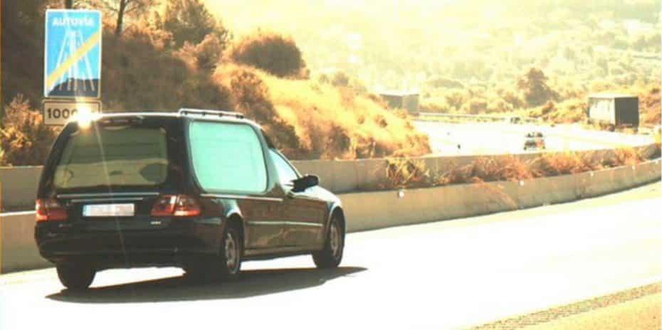 ¡Para haberse matao'!: Conducía un coche fúnebre sin carnet y a más velocidad de la permitida