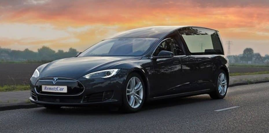 Ir en coche eléctrico hasta el cielo ya es posible: Ojo este Tesla Model S fúnebre