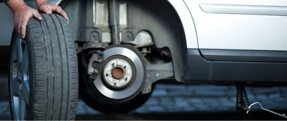 Eterno dilema en el cambio de neumáticos: ¿Los nuevos se montan delante o detrás?