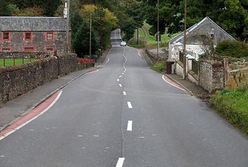 Ni rotondas ni badenes, en Escocia la velocidad se reduce engañando con curvas a los conductores