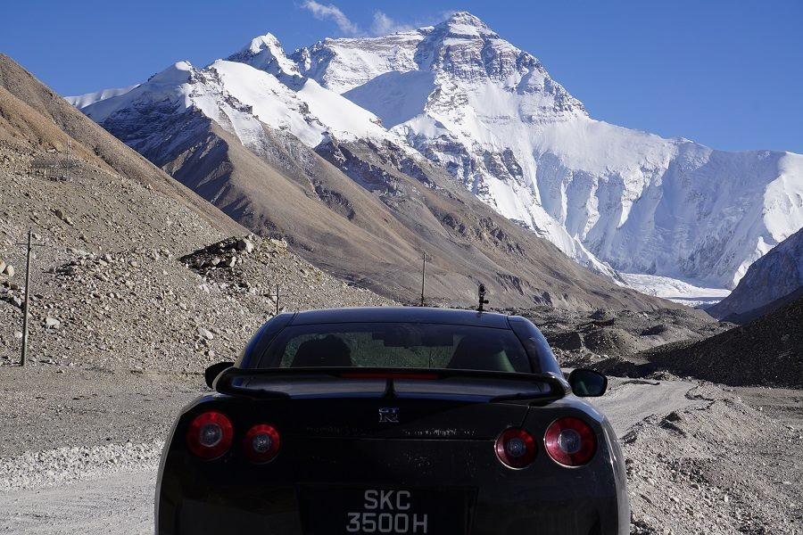 De Singapur al Campo Base del Everest: Un peculiar roadtrip ¡A bordo de un Nissan GT-R!