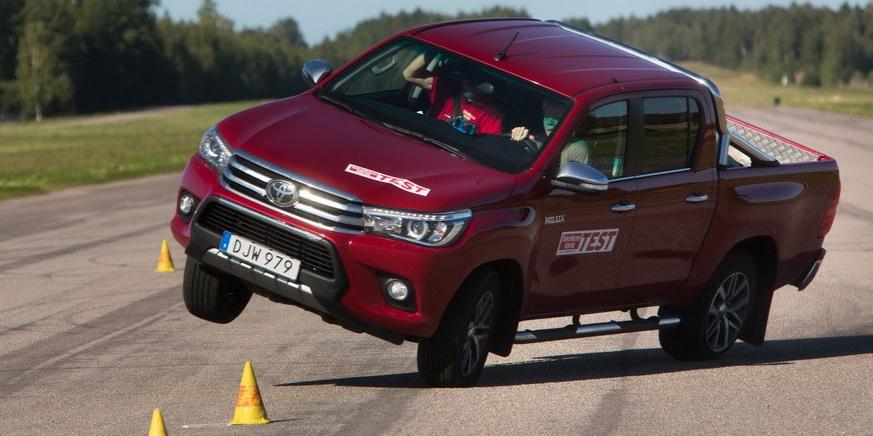 El Toyota Hilux la lía otra vez en el test del alce: Aquí el vídeo y los rivales