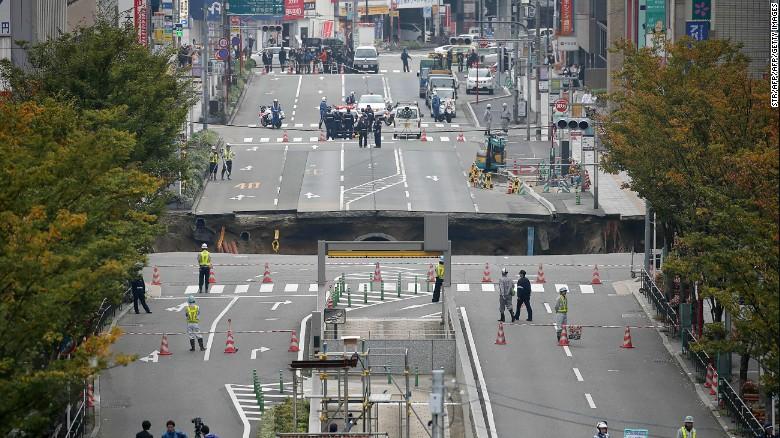 ¡Tierra trágame!: Vas conduciendo por una ciudad en Japón y, de repente, se hunde la calle entera