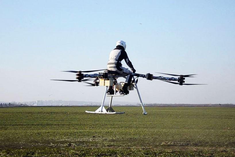 ¿El futuro ya está aquí? La primera moto voladora está hecha con drones ¡Y te saldrá por 100.000€!