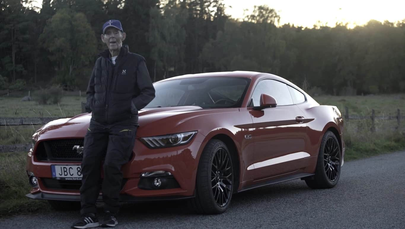 ¿Conducir un Ford Mustang GT V8 MY2016 con 97 años? Lo de este sueco si que es amor verdadero