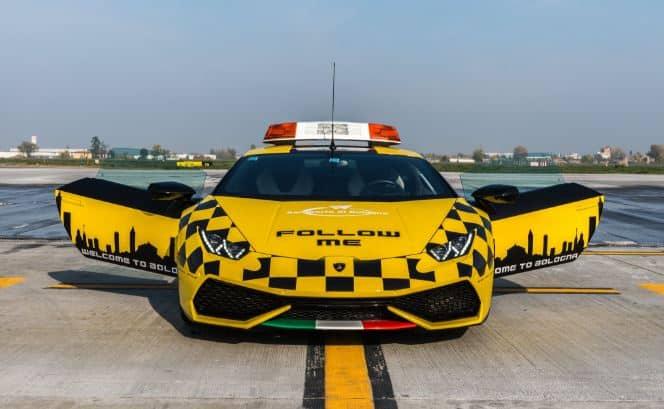 Si te flipan los coches de la policía de Dubái, mira el nuevo 'Follow Me' del aeropuerto de Bolonia