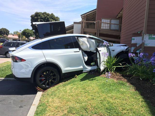 Este hombre acabó aparcando su Tesla Model X en el salón de casa y no, no fue por voluntad propia
