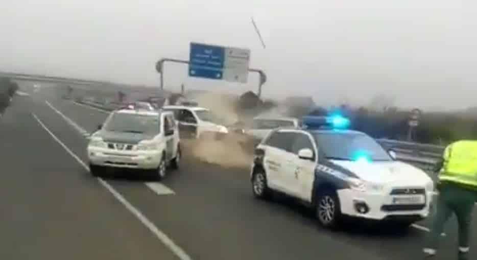 Conduce 40 km en dirección contraria y su hazaña termina contra una patrulla de la Guardia Civil