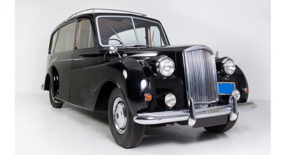 ¿Adivinas a quién perteneció este coche fúnebre de 1956 que será subastado por una fortuna?