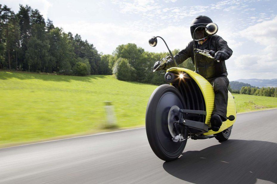 No es la moto más bonita del mundo, pero es 100% eléctrica y tiene el récord de autonomía