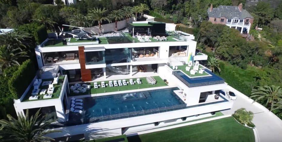 Si te sobran 250 millones puedes tener esta colección de coches (y esta casa, este helicóptero…)