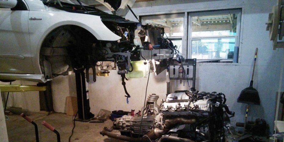 Este hombre se niega a arruinarse en el taller ¡Y monta él mismo el motor de su Mercedes-AMG R63!