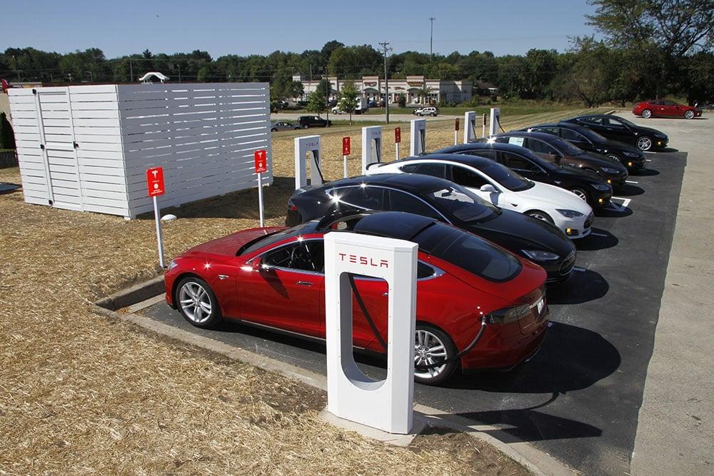 Con 300.000 coches eléctricos y 11.000 electrolineras frenaríamos el cambio climático en España