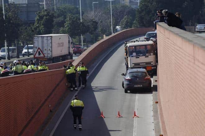 Conducía un camión de butano en dirección contraria por Barcelona y tuvo que ser reducido a tiros