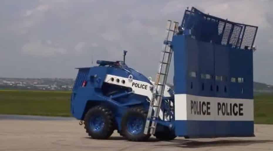Te presentamos el vehículo antidisturbios definitivo ¡Un auténtico muro antibalas desplegable!