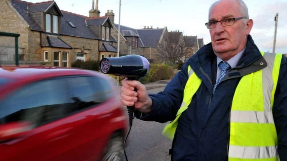 Ni radares ni semáforos ¡En Escocia los excesos de velocidad se evitan con secadores de pelo!