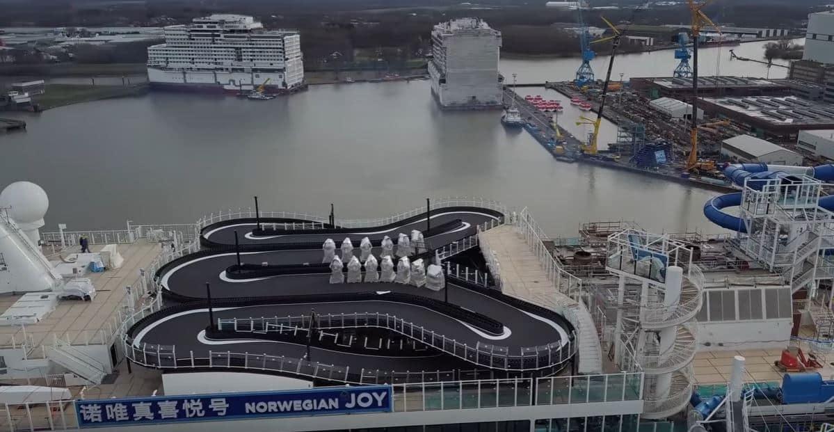 Irse de crucero y poder pilotar karts en la cubierta ya es lo más…