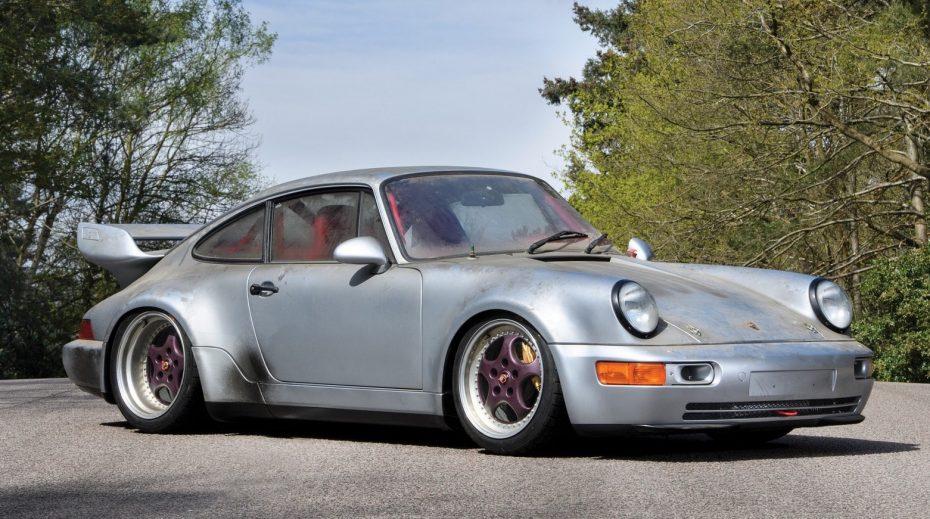 Este extraño Porsche 911 RSR de 1993 puede que necesite varios lavados… pero es toda una joya