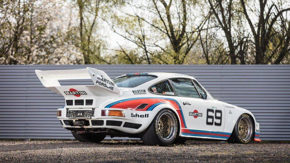 Este Porsche 935 con los colores de Martini es toda una joya de museo… ¡Y viene con una Volkswagen T2!