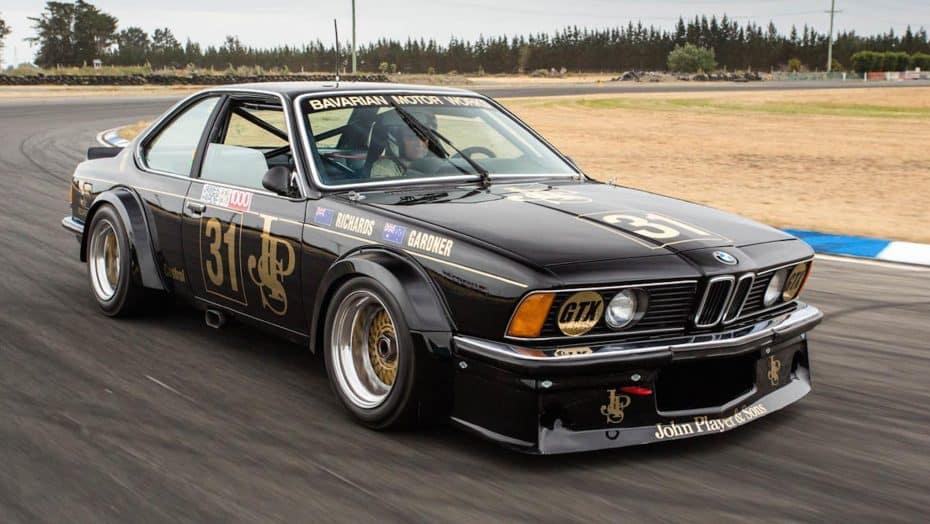 Después de 30 años este BMW 635 CSi JPS ¡Vuelve al circuito como nuevo!