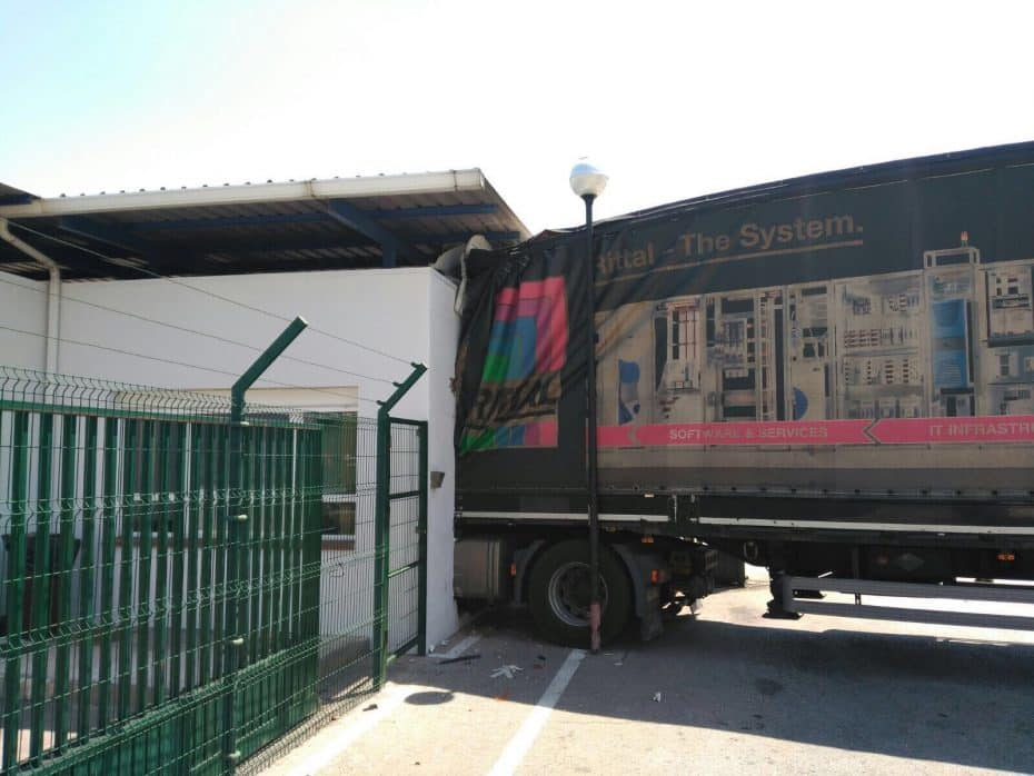 Cuando un «No hay huevos» acaba con un camión empotrado en la fábrica de Iveco