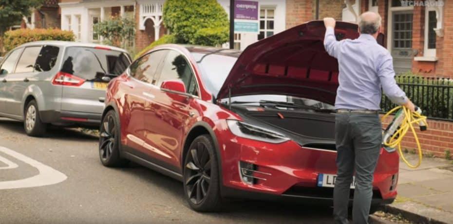 ¿Y si pudiéramos cargar nuestro coche en una farola? Atento a esta solución brillante para los eléctricos