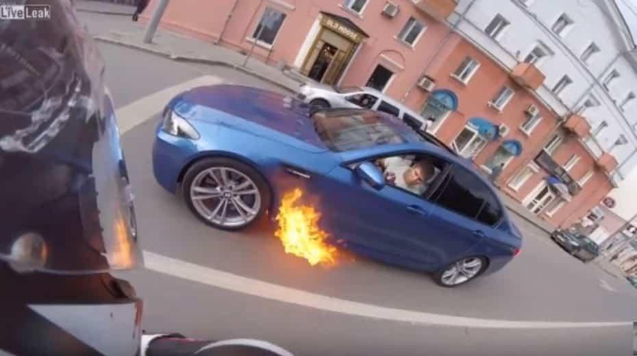 Este BMW M5 arde de forma espontánea y la reacción del conductor nos ha dejado alucinando…