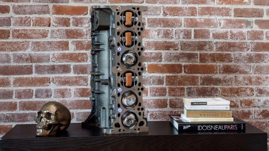 ¿El bloque de un BMW M3 convertido en un expositor de relojes? Ojo a este invento…
