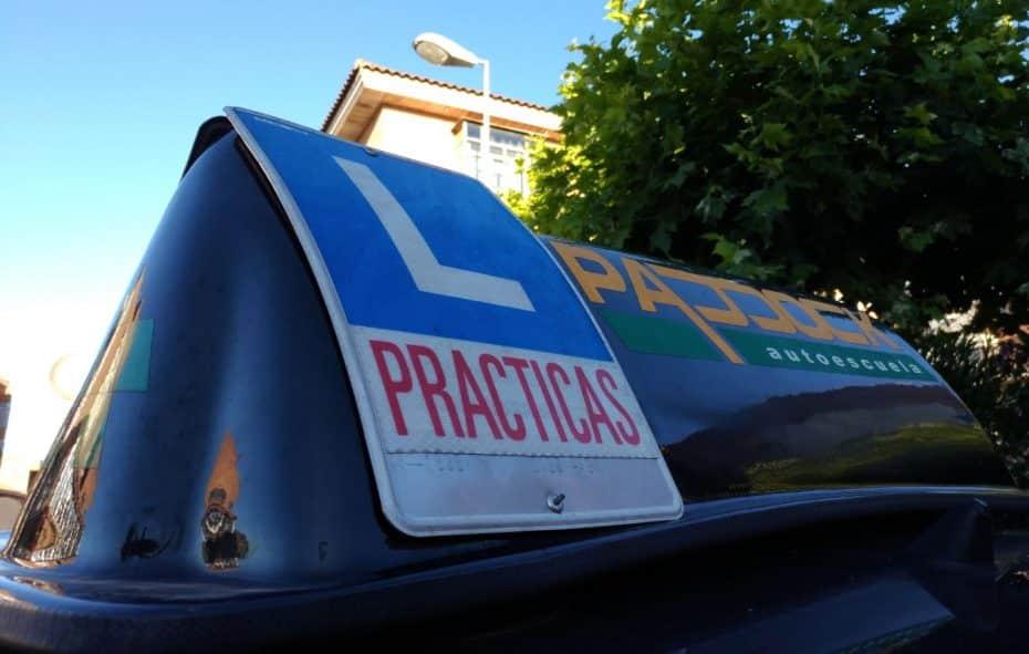 Desde hoy están permitidas estas ayudas en los coches de autoescuela: ¿Evolución o aborregamiento?